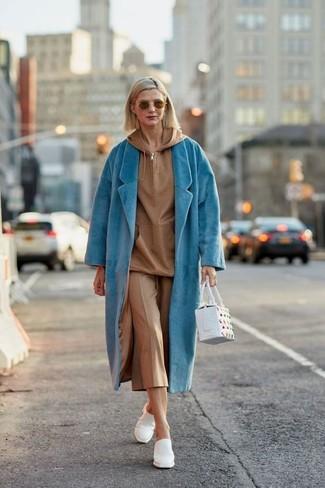 Cómo combinar: chinelas de cuero blancas, falda pantalón marrón claro, sudadera con capucha marrón claro, abrigo en turquesa