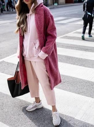Cómo combinar: deportivas grises, falda pantalón rosada, sudadera con capucha rosada, abrigo rojo