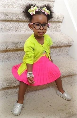 Cómo combinar: bailarinas plateadas, falda rosa, camiseta sin manga blanca, cárdigan en amarillo verdoso