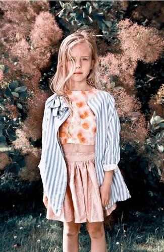Cómo combinar: falda rosada, camiseta sin manga con print de flores naranja, abrigo de rayas verticales celeste