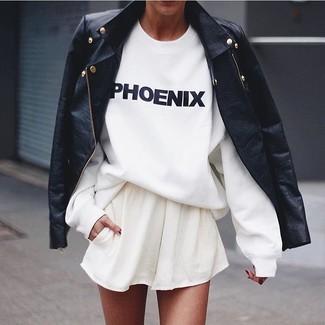Cómo combinar: falda skater blanca, camiseta con cuello circular estampada en blanco y negro, chaqueta motera de cuero negra