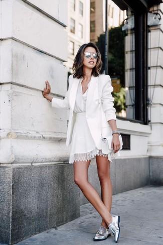 Cómo combinar: mocasín de cuero plateados, falda skater de encaje blanca, blusa de botones blanca, blazer blanco