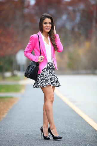 Cómo combinar: zapatos de tacón de cuero negros, falda skater estampada en negro y blanco, camisa de vestir blanca, blazer cruzado rosa