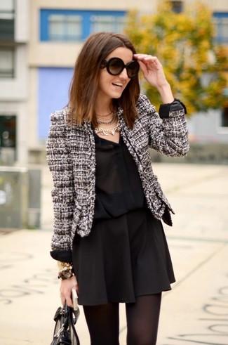 Cómo combinar: bolsa tote de cuero negra, falda skater negra, camisa de vestir de seda negra, chaqueta de tweed en negro y blanco