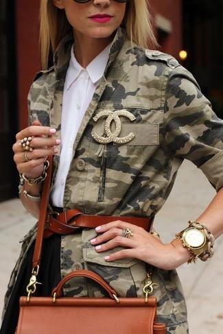 Cómo combinar: bolso bandolera de cuero en tabaco, falda skater negra, camisa de vestir blanca, chaqueta militar de camuflaje verde oliva