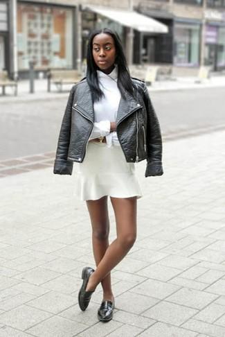 Cómo combinar: mocasín de cuero negros, falda skater blanca, camisa de vestir blanca, chaqueta motera de cuero negra
