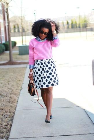 Cómo combinar: zapatos de tacón de cuero negros, falda skater a lunares en blanco y azul marino, camisa de vestir de cuadro vichy en blanco y azul marino, jersey con cuello circular de rayas horizontales rosa