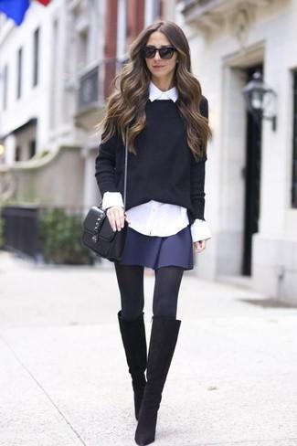 Cómo combinar: botas de caña alta de ante negras, falda skater azul marino, camisa de vestir blanca, jersey con cuello circular negro
