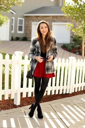 Combinar un abrigo de tartán gris en clima cálido estilo casual elegante: Haz de un abrigo de tartán gris y una falda skater roja tu atuendo para una apariencia fácil de vestir para todos los días. Zapatos de tacón de ante negros son una opción práctica para complementar tu atuendo.