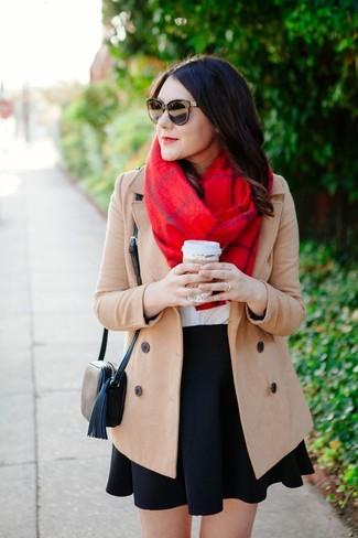 Cómo combinar: bolso bandolera de cuero negro, falda skater negra, camiseta con cuello circular blanca, abrigo en beige