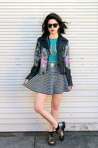 Cómo combinar: zapatos derby de cuero plateados, falda skater de pata de gallo en negro y blanco, camiseta con cuello circular en verde azulado, chaqueta motera de cuero con print de flores negra