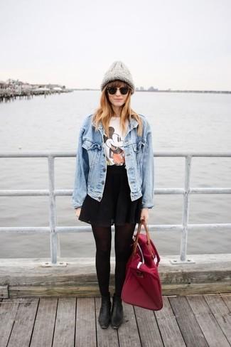 Cómo combinar: botines de cuero negros, falda skater negra, camiseta con cuello circular estampada blanca, chaqueta vaquera celeste