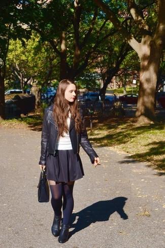 Combinar una falda skater negra: Elige una chaqueta motera de cuero negra y una falda skater negra transmitirán una vibra libre y relajada. Botines de cuero negros son una opción perfecta para completar este atuendo.