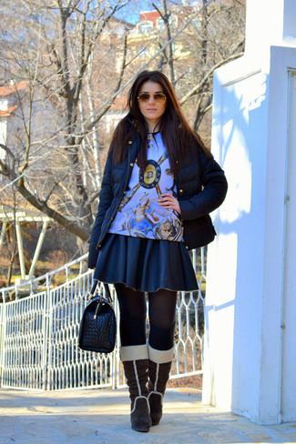 Combinar unas botas de caña alta de ante marrónes: Emparejar un plumífero negro con una falda skater de cuero negra es una opción inigualable para el fin de semana. Elige un par de botas de caña alta de ante marrónes para mostrar tu lado fashionista.