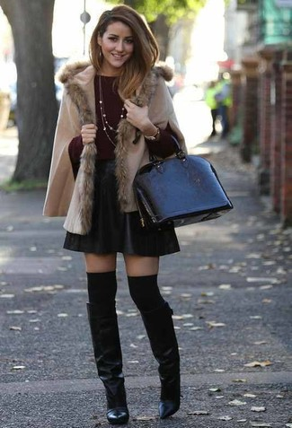 Cómo combinar: botas de caña alta de cuero negras, falda skater de cuero negra, jersey con cuello circular burdeos, poncho en beige