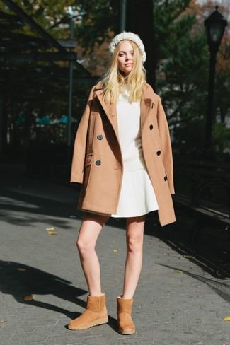 Cómo combinar: botas ugg marrón claro, falda skater blanca, jersey con cuello vuelto holgado blanco, abrigo marrón claro