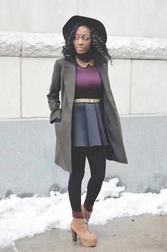 Cómo combinar: botines con cordones de ante marrón claro, falda skater azul marino, jersey de cuello alto morado, abrigo verde oliva