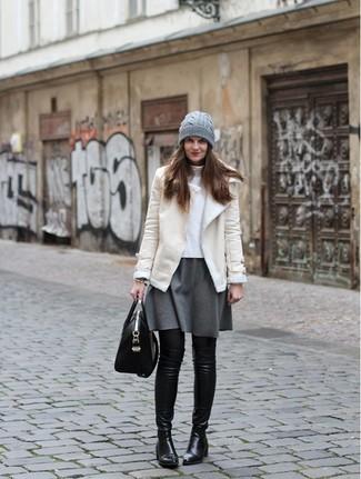 Cómo combinar: botas sobre la rodilla de cuero negras, falda skater gris, jersey de cuello alto blanco, chaqueta de piel de oveja en beige