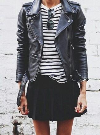 Cómo combinar: gafas de sol negras, falda skater negra, camiseta de manga larga de rayas horizontales en blanco y negro, chaqueta motera de cuero negra
