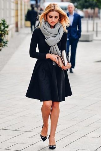 Cómo combinar: zapatos de tacón de ante con recorte negros, falda skater negra, camiseta de manga larga negra, chal gris