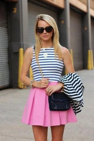 Cómo combinar: bolso bandolera de ante negro, falda skater rosada, top corto de rayas horizontales en blanco y azul, blazer de rayas horizontales en blanco y azul marino