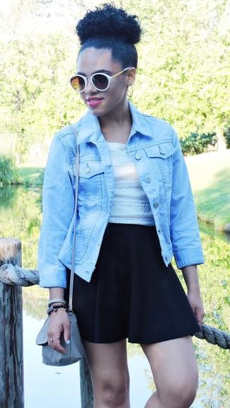 Combinar una falda skater negra: Emparejar una chaqueta vaquera celeste junto a una falda skater negra es una opción perfecta para el fin de semana.