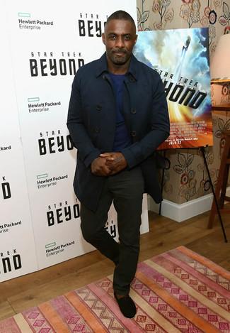 Look de Idris Elba: Gabardina Azul Marino, Jersey con Cuello Circular Azul Marino, Pantalón Chino Negro, Alpargatas de Ante Negras