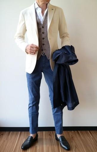 Cómo combinar: gabardina azul marino, blazer en beige, chaleco de vestir de lana gris, camisa de vestir blanca