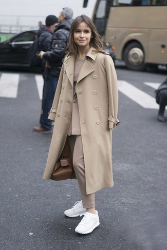 Look de Miroslava Duma: Gabardina en Beige, Blazer en Beige, Jersey con Cuello Circular en Beige, Pantalón de Vestir en Beige