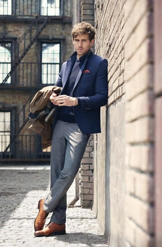 Accede a un refinado y elegante estilo con un blazer de lana azul marino de Ermenegildo Zegna y un pantalón de vestir de lana gris. Zapatos brogue de cuero marrónes añadirán interés a un estilo clásico.