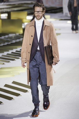 Cómo combinar: gabardina marrón claro, blazer morado oscuro, jersey de cuello alto blanco, pantalón chino azul marino