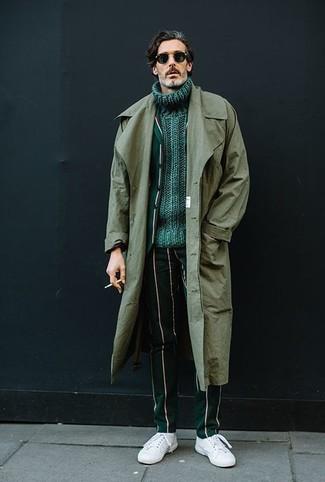Luce lo mejor que puedas en una gabardina verde oliva de Paul Smith y un pantalón de vestir de rayas verticales verde oscuro. Tenis de cuero blancos resaltaran una combinación tan clásico.