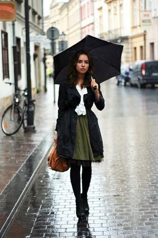 Ponte una gabardina negra y una falda skater verde oliva para lidiar sin esfuerzo con lo que sea que te traiga el día. Agrega botines de ante negros a tu apariencia para un mejor estilo al instante.