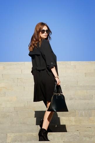 Utiliza una gabardina negra para un lindo look para el trabajo. Para darle un toque relax a tu outfit utiliza botines con cuña de ante negros.