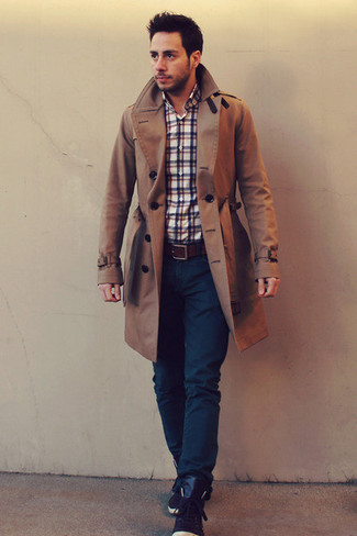 Cómo combinar: gabardina marrón, camisa de manga larga de tartán en blanco y rojo y azul marino, vaqueros azul marino, zapatillas altas de cuero en marrón oscuro