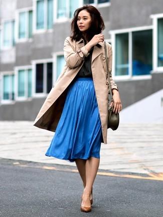 Cómo combinar: gabardina marrón claro, camisa de vestir negra, falda midi plisada azul, zapatos de tacón de cuero marrónes