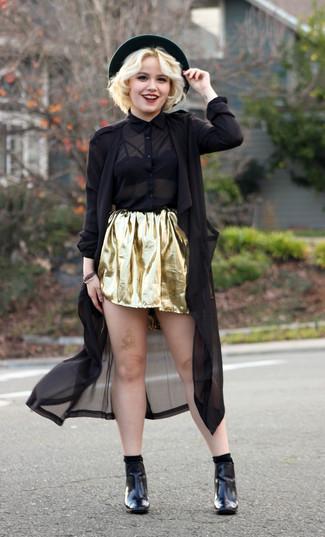 Cómo combinar: gabardina de lino negra, camisa de vestir de gasa negra, falda skater dorada, botines de cuero negros