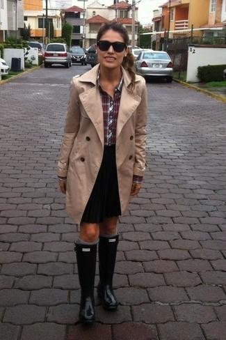 Emparejar una gabardina marrón claro y una minifalda plisada negra es una opción cómoda para hacer diligencias en la ciudad. ¿Por qué no añadir botas de lluvia negras a la combinación para dar una sensación más relajada?