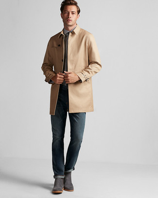 Cómo combinar: gabardina marrón claro, camisa de vestir celeste, vaqueros azul marino, botines chelsea de ante en gris oscuro