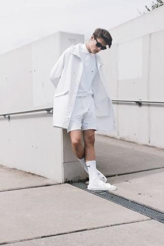 Cómo combinar: gabardina blanca, camisa polo blanca, pantalones cortos blancos, sandalias de cuero blancas