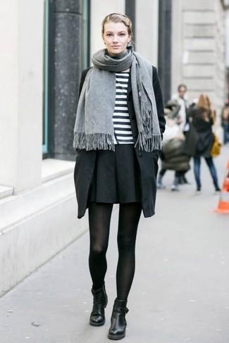 Para un atuendo que esté lleno de caracter y personalidad ponte una gabardina negra y una falda skater negra. Luce este conjunto con botines de cuero negros.
