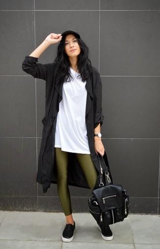 La versatilidad de una gabardina negra y unos leggings verde oliva los hace prendas en las que vale la pena invertir. Para el calzado ve por el camino informal con zapatillas slip-on de cuero negras.