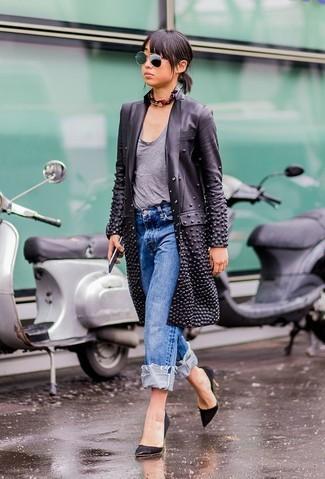 Ponte una gabardina de cuero negra y una bandana negra para sentirte con confianza y a la moda. Completa el look con zapatos de tacón de ante negros.