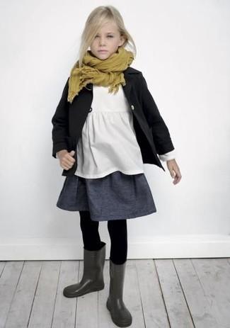 Cómo combinar: gabardina negra, camiseta blanca, falda en gris oscuro, botas de lluvia en gris oscuro