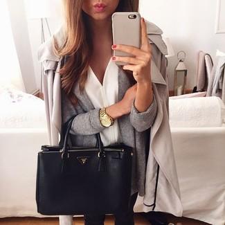 Considera ponerse una gabardina beige y unos vaqueros pitillo negros para conseguir una apariencia glamurosa y elegante.
