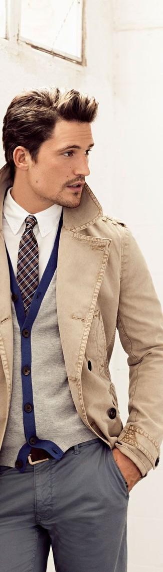 Una gabardina y un pantalón chino gris son una gran fórmula de vestimenta para tener en tu clóset.