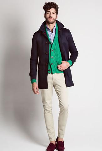 Cómo combinar: gabardina negra, cárdigan con cuello chal verde, camisa de manga larga celeste, pantalón chino en beige