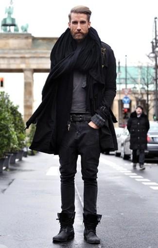 Casa una gabardina con unos vaqueros gris oscuro para lograr un estilo informal elegante. Completa el look con botas de cuero negras.