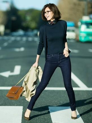 Si buscas un look en tendencia pero clásico, empareja una gabardina marrón claro con una bandana negra. Zapatos de tacón de ante verde oliva son una sencilla forma de complementar tu atuendo.