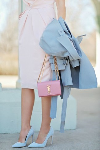Cómo combinar: gabardina celeste, vestido tubo rosado, zapatos de tacón de ante celestes, cartera sobre de cuero rosada
